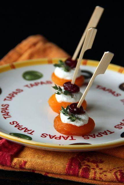 Tapas...gedroogde abrikoos met geitenkaas, gedroogde cranberry en verse tijm