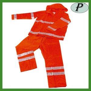 Chaqueta y pantalón de agua reflectante color naranja. Incorpora bandas reflectantes totalmente impermeables.     Para más información: http://www.tplanas.com/epis/trajes-de-agua/160-trajes-de-agua-alta-visibilidad-naranjas.html