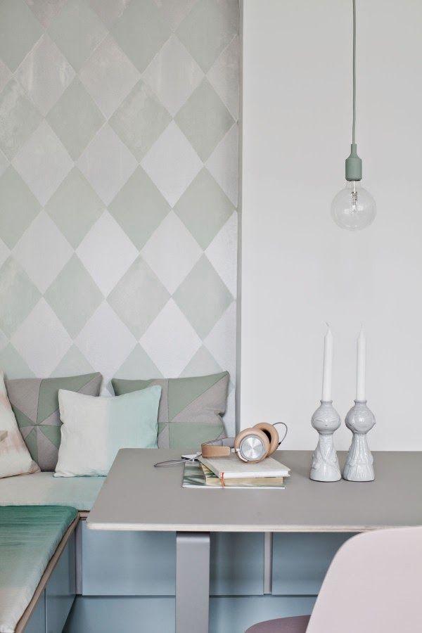 Scandinavisch design met geometrische patronen op de muur en subtiele accessoires in het interieur. #scandinavisch #design #interieur