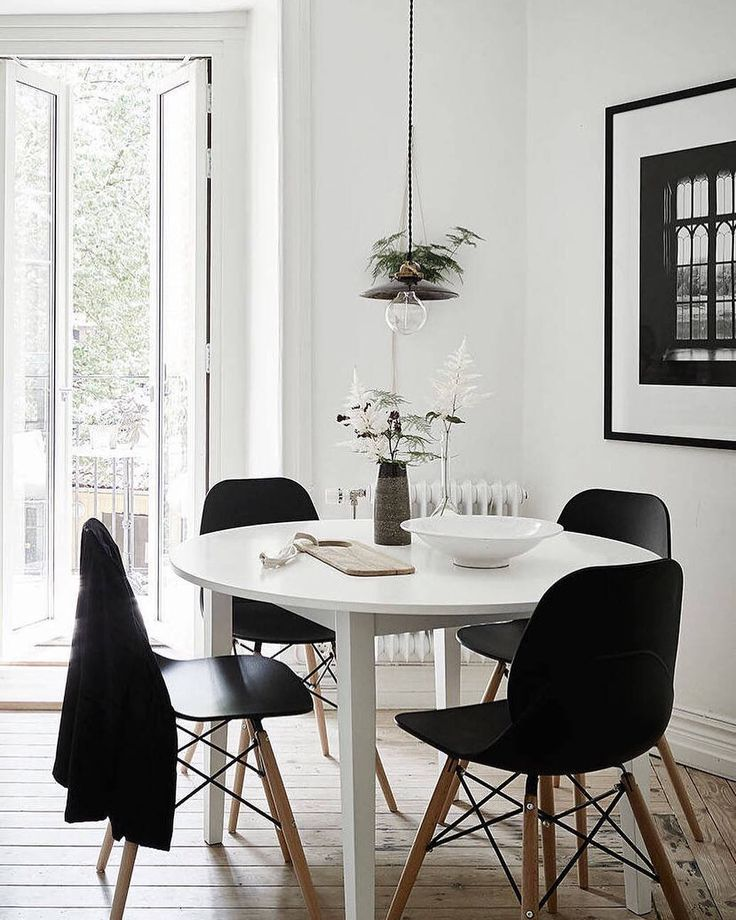 Essplatz Schwarze Stühle