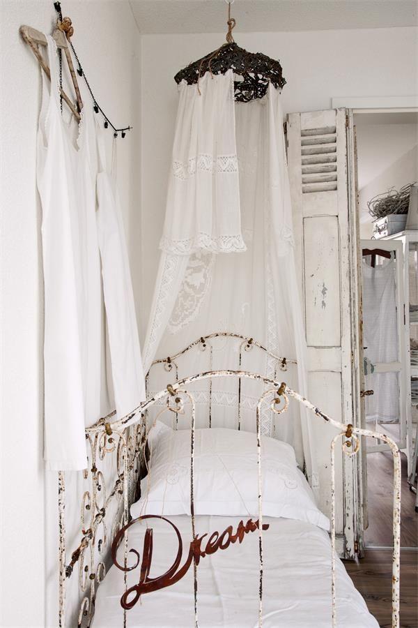 die besten 25 eisenbett ideen auf pinterest braune antirutschmatten romantische betten und. Black Bedroom Furniture Sets. Home Design Ideas