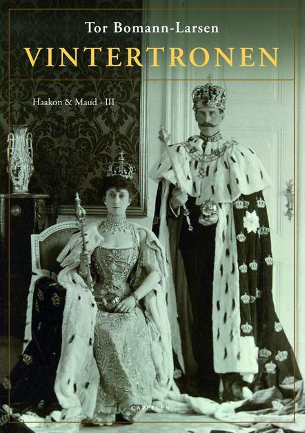 I tredje bind om Haakon og Maud følger vi historien frem til 1913. En sommerdag for 100 år siden fant den siste kongekroning sted i Norden. Hvordan skulle et fremmed prinsepar regjere et egenvillig folk og symbolisere en nasjon de ikke kjente? Hva tenkte ekteparet som fikk middelalderens kroner plassert på sine unge hoder?