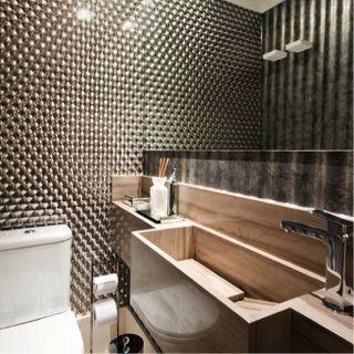 O lavabo assinado por Marília Veiga possui #torneira monocomando de mesa Mare Fantini, assim como todos os acessórios, da Vallvé. O resultado é um #ambiente cheio de volumes e efeitos. Espetacular!! #lavabo #design #projeto #interiors