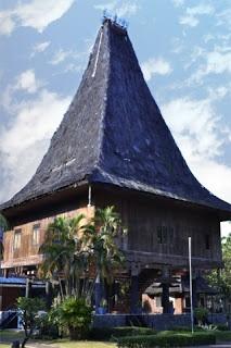 Museum Timor Timur. Semula Museum Timor Timur adalah Anjungan Daerah Timor-Timur yang dibangun tahun 1979 dan diresmikan 20 April 1980 oleh Presiden Soeharto. Setelah Provinsi Timor Timur berpisah dengan Negara Kesatuan Republik Indonesia dan membentuk negara sendiri, anjungan ini menjadi suatu monumen dan menjadi tanggung jawab pengelola TMII. Sebagai monumen, Anjungan Timor Timur kemudian berstatus museum di bawah pengelolaan Istana Anak Anak Indonesia.