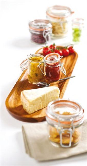 Glasburkar och serveringsburkar med lock som finns i olika storlekar och utföranden. Burkar som passar utmärkt för inläggningar, sylt, marmelad eller servering och förvaring av något annat gott.