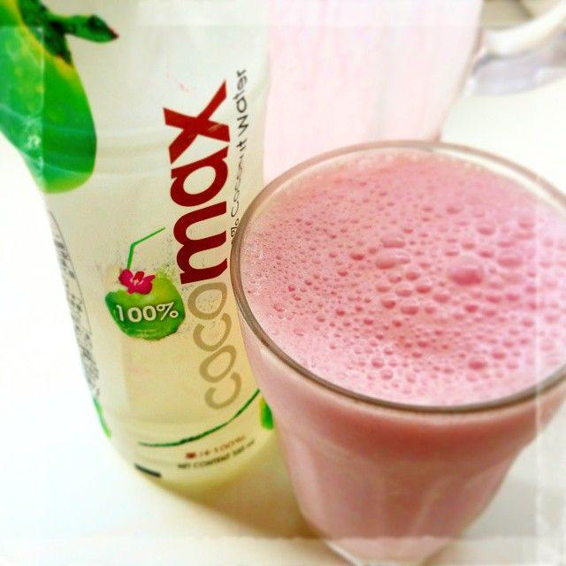 """""""話題のココナッツウォーターがそのままだとココナッツサブレを水に溶かしたみたいな味だったからスムージーしたらいい感じになった✩ #smoothie #strawberry #strawberrymilk #coconut #coconutwater #healthy #good #delicious"""""""