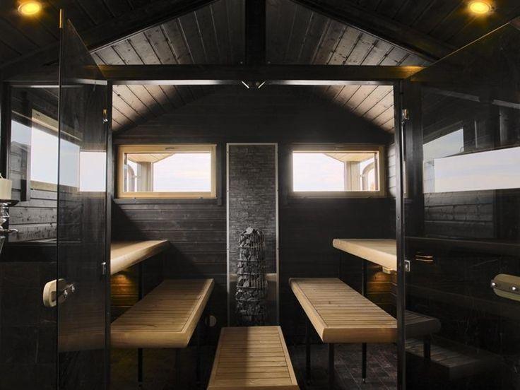 Tyylikkään tumma sauna mökin pihalla