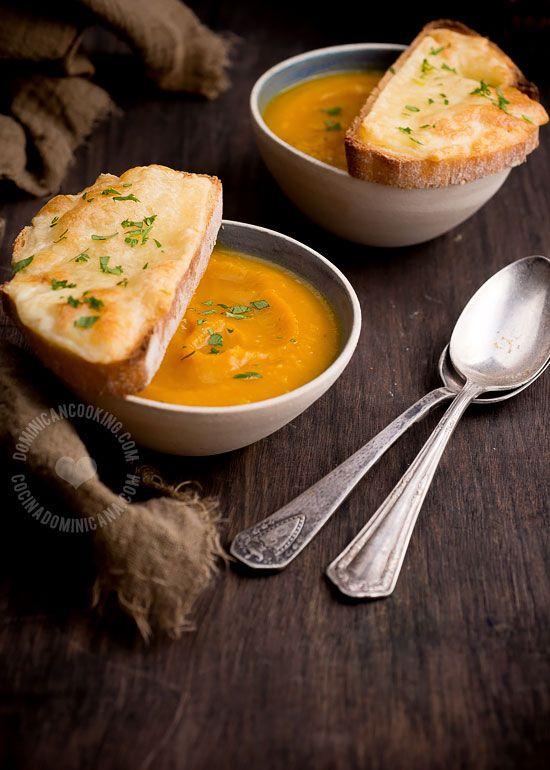 Receta Crema de Auyama Rostizada con Crostini de Queso: Ligera, rica. Una sopa para complacer a todos en la mesa.