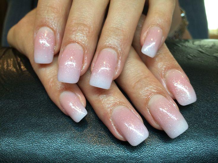 Mooie natuurlijke acryl nagels met een lichte glitter