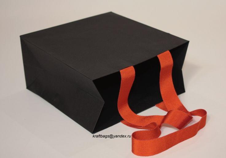 Пакет из картона тонированного в массе, с высококачественной декоративной тесьмой.