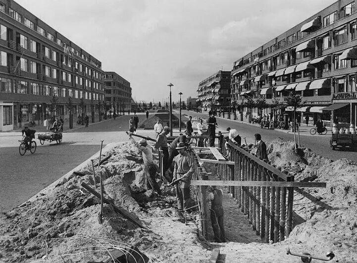 1939 bezig met het graven van schuilloopgraven op de Stadshouderskade