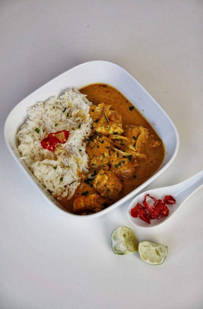 Un curry di pesce profumato e leggermente piccante, pronto in soli 10 minuti! Buono a sapersi: potete usare anche il pesce surgelato, in questo caso mettetelo in padella con il latte di cocco per una cottura di 10 minuti. Ingredienti per 2 persone: 300gr di pesce bianco (merluzzo, nasello...), 1 sca…