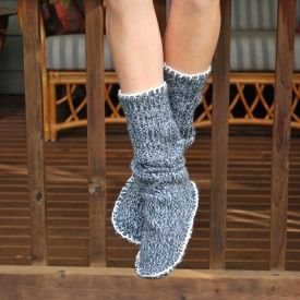 Make these simple and stylish slipper boots from and old sweater! Only two pieces of fabric, and no sewing machine required. Cozy!