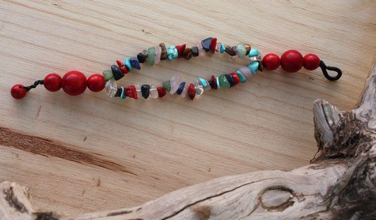 Pulsera realizada con gemas variadas y piedra hmong roja. Precio: 3€