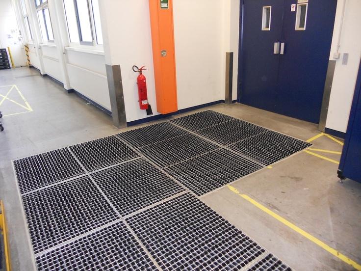 Łamany korytarz z systemem czyszczenia opon