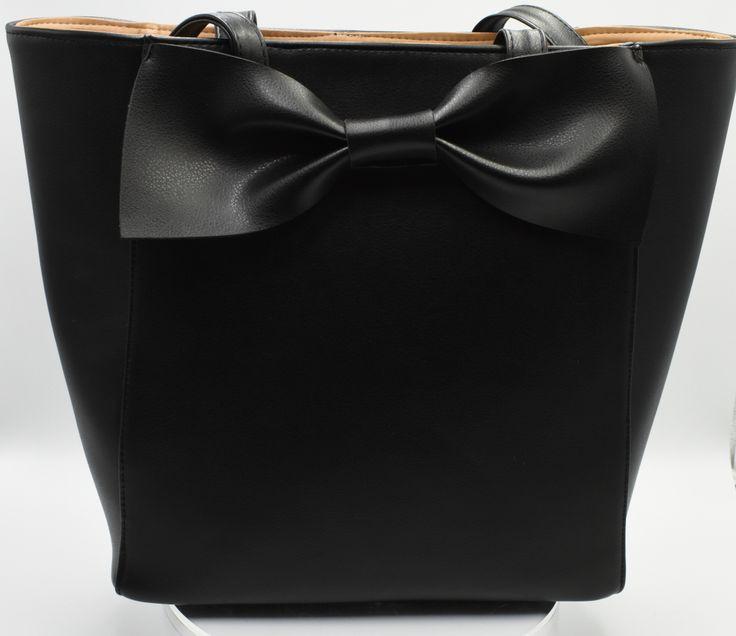 Bolsa tipo Shopper en piel con moño de piel. #Bolsa #tipo #Shopper #piel #moño #piel #color #negro #finelookingstore  Shopper bag in cowhide with leather topknot  #Shopper #bag #cowhide  #leather #topknot #black #color #finelookingstore