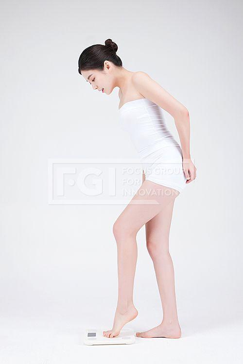 뷰티다이어트 334, PHO410, 프리진, 사진, 뷰티, 다이어트, PHO410g, 컨셉, 의료, 성형, 의료성형, 동양인, 아시아, 젋은, 예쁜, 20대, 깨끗한, 단정한, 미용, 건강, 한국인, 여자, 사람, 1인, 얼굴, 피부, 자신감, 아름다운, 포즈, 미소, 웃음, 몸매, 관리, 몸매관리, 전신, 측면, 옆모습, 서있는, 체중계, 무게, 몸무게, 측정, 재는, 발, 올리고있는, 내려다보는, 쳐다보는, pho410 #유토이미지