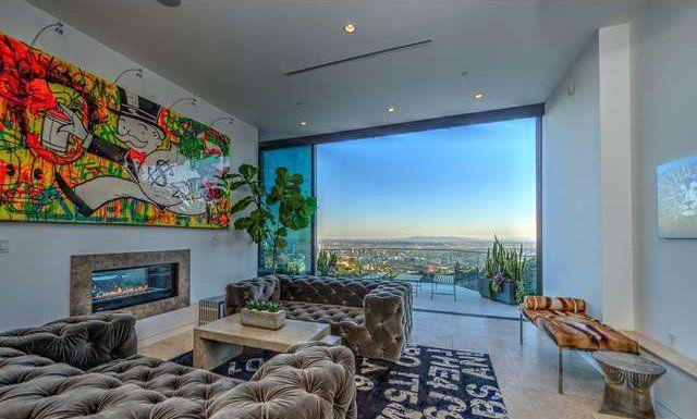O jovem de 23 anos Jordan Maron, estrela de um dos canais mais assistidos do YouTube, gastou mais de US$ 4,5 milhões (cerca de R$ 18 milhões) para comprar uma casa em Los Angeles, nos Estados Unidos.