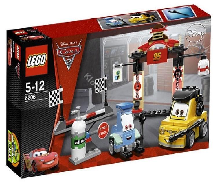 Lego Cars Tokyo Pit Stop. Stanowisko postojowe w Tokio z serii Lego Cars 2. W zestawie żółty Luigi i jego asystent niebieski widlak Guido oraz klocki potrzebne do wybudowania stanowiska postojowego.