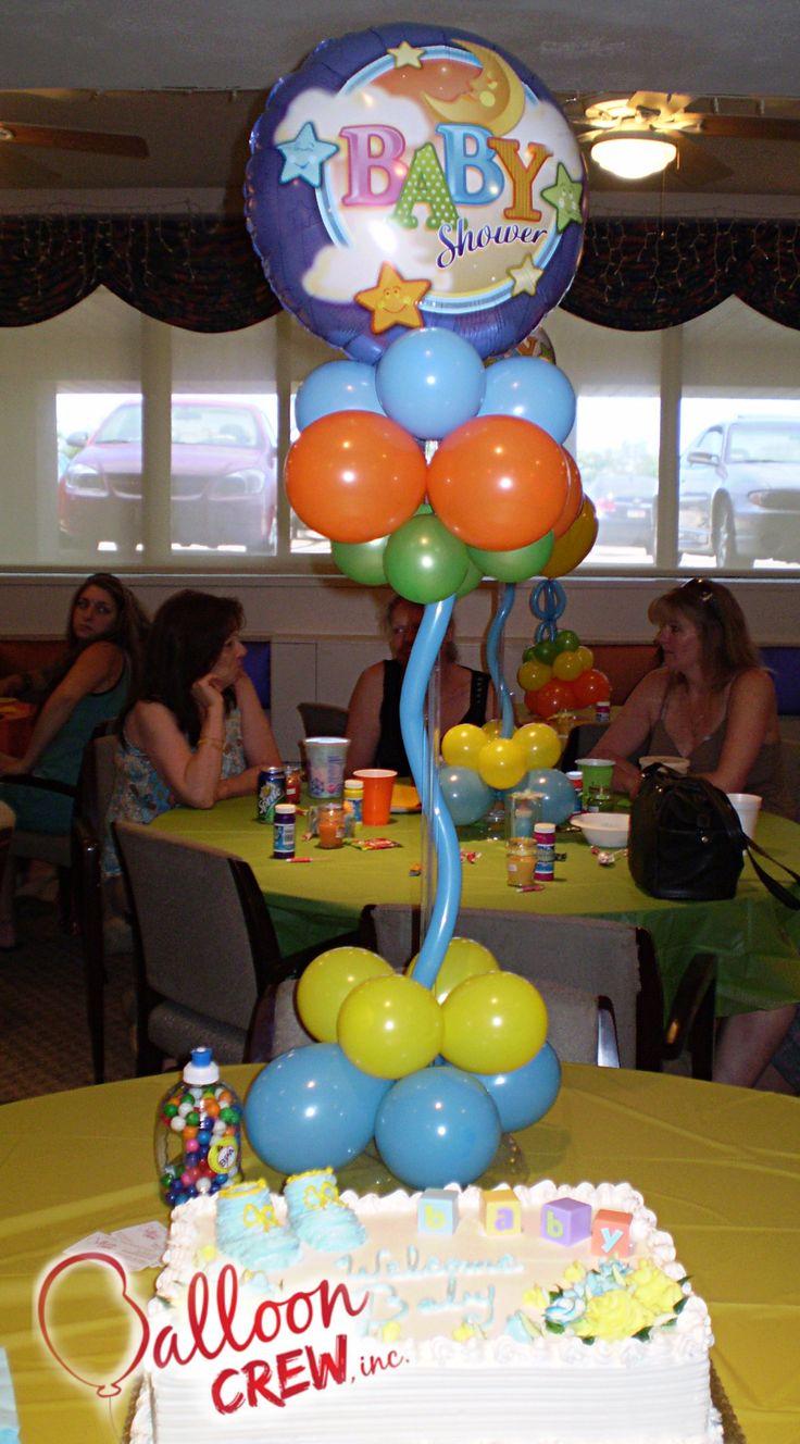 centro de mesa con globos metalizados para baby shower