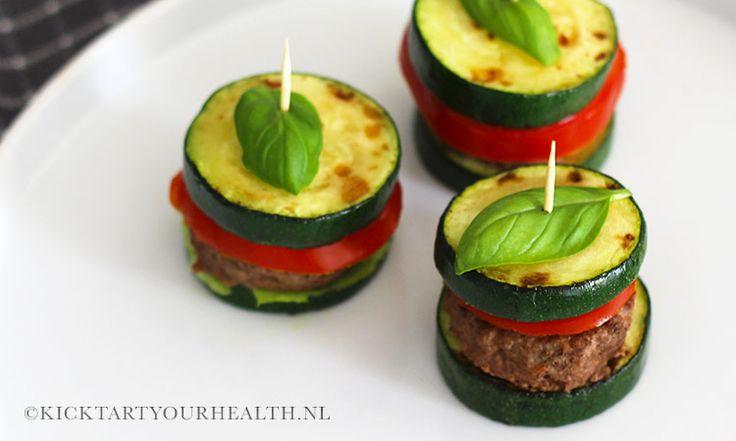 Gezonde BBQ-tip: mini courgette hamburgers! Deze gezonde courgette hamburgers maak je eenvoudig met maar drie ingrediënten! Een glutenvrije hamburger.