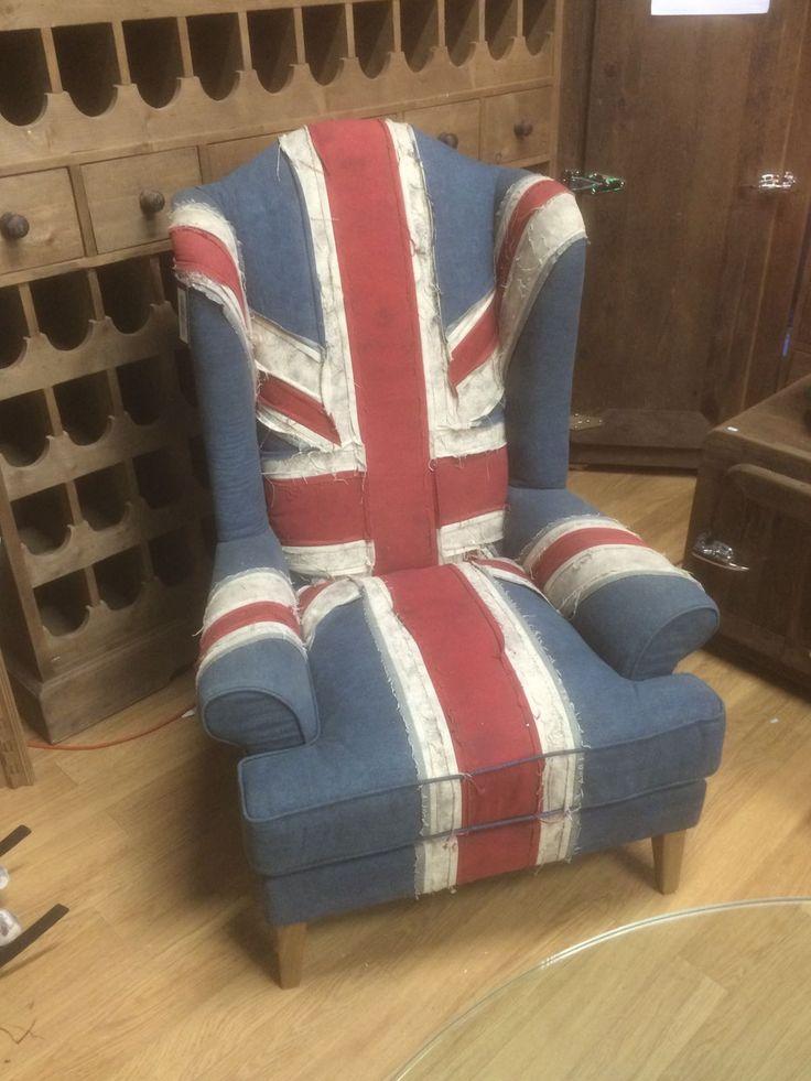 """Het is een klassieke stoel, handgekleurd in de tinten van de Britse """"Union Jack"""". Oftewel, het is een echte kleurrijke vintage stoel."""