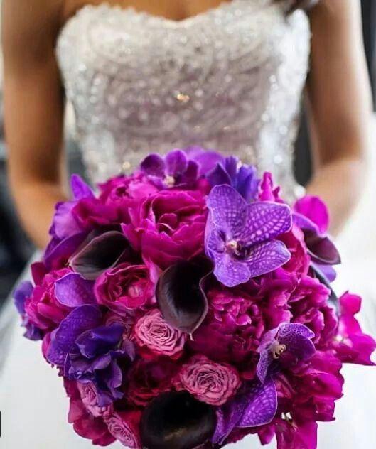 Os buquês roxos são acessórios de casamento românticos, pois o roxo é conhecida como a cor do primeiro amor, além de aflorar o sexto sentido.  Cor forte e impactante, os buquês roxos são usados por noivas modernas que querem fugir dos tradicionais.