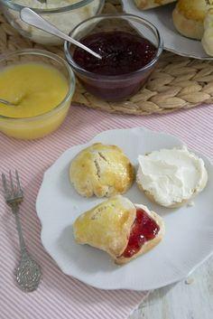 Recept voor Engelse scones.Heerlijk bij een High Tea, of bij de koffie. Deze scones zijn gemakkelijk te maken. Binnen een half uur staan er heerlijke warme scones op tafe.