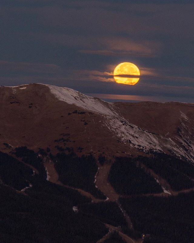 Early this morning, as @merlin.hill.photo, @coldcarrots, and I watched this spectacular Super Moon set in the West, the Sun simultaneously rose behind us in the East. What an incredibly spectacular display of nature this morning, viewed from the top of Baldy! So worth getting up at 4am.  #supermoon #supermoon2016 #np_supermoon2016