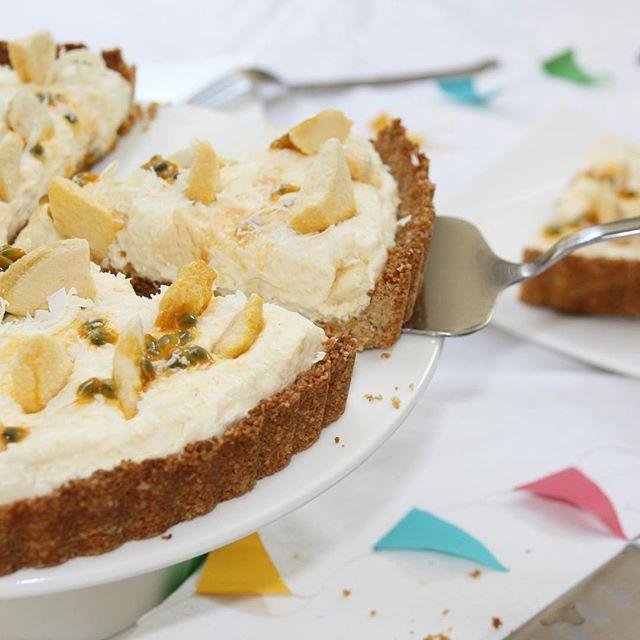 Er staat een nieuw taart recept online! Deze perzik-passievrucht taart is makkelijk om te maken en het resultaat van een rondje door mijn keuken om te kijken waar ik nog een taart mee tevoorschijn kon toveren zonder extra boodschappen te hoeven doen! eefsfood.nl #ikhaatboodschappendoen #eefsfood #taart #perzik #passievrucht