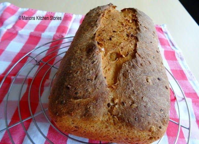 Gevuld zuurdesembrood gebakken in bakblikken