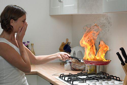 Muchos accidentes que ocurren en la casa están relacionados con el fuego; una quemadura grave puede ocasionar la muerte de un niño o discapacitarlo para toda la vida. Pocas veces pensamos que una quemadura en la mano impedirá que un niño pueda tomar un lápiz o una herramienta, eso cambiará su vida en forma definitiva.