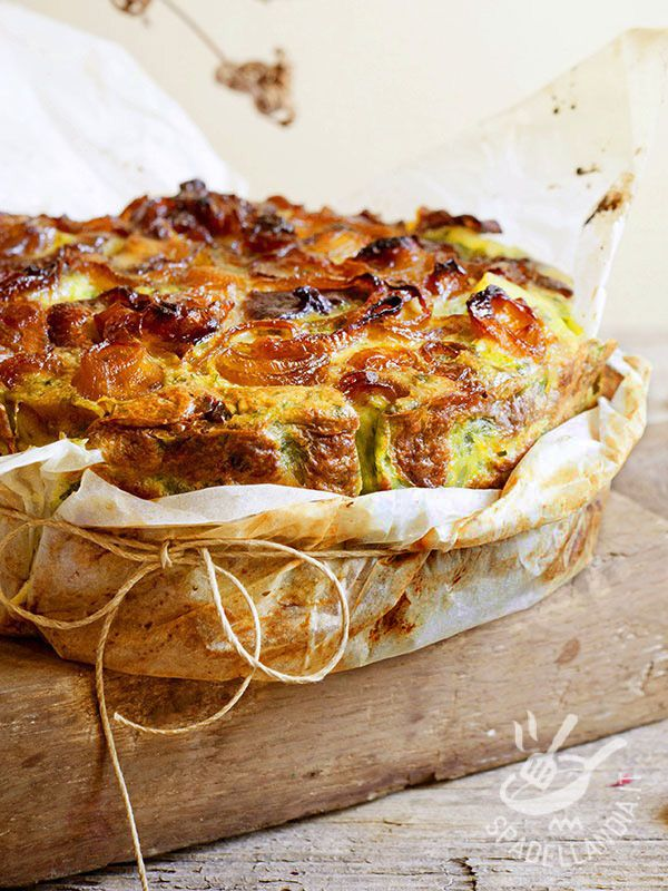 La Torta di cipolle e bietole è il trionfo della genuinità della cucina povera contadina, a base di semplici ingredienti dell'orto e della dispensa.