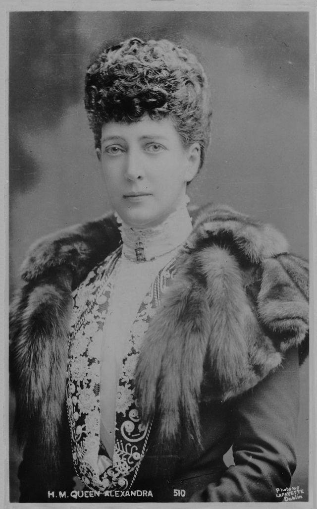 Александра Датская  -  мать  короля  Великобритании  Георга  V,  сестра  Марии  Федоровны  (Дагмары) -  матери  царя  Николая  I I.