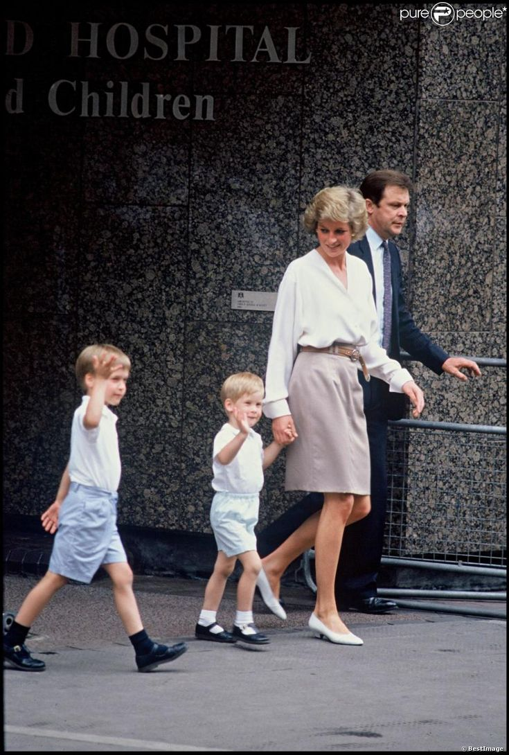 Diana, Princess of Wales takes her sons, Princes William and Harry to visit Sarah, Duchess of York and her newly born daughter, Princess Beatrice of York at Portland hospital. August 1988