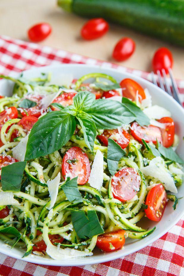 Hiába könnyű nyáron változatosan és egészségesen étkezni, sokszor a legjobb ötletek nem jutnak eszünkbe. Ezért összeválogattunk néhány...