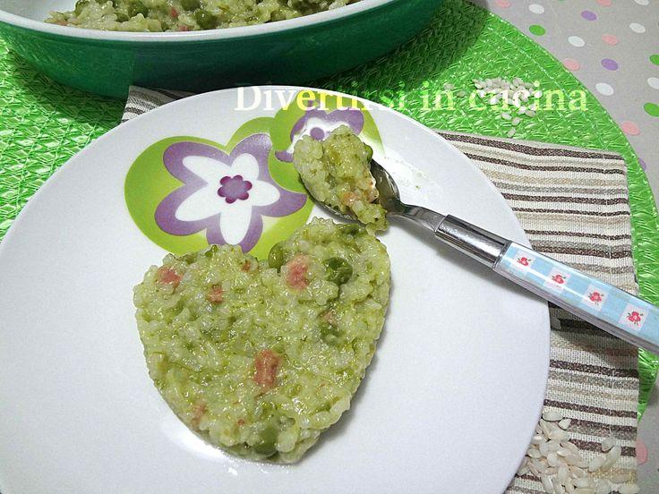 Risotto salsiccia e piselli surgelati Bimby. Un primo piatto semplice da preparare. Un risotto gustoso. Un piatto che piace a tutti grandi e bambini.