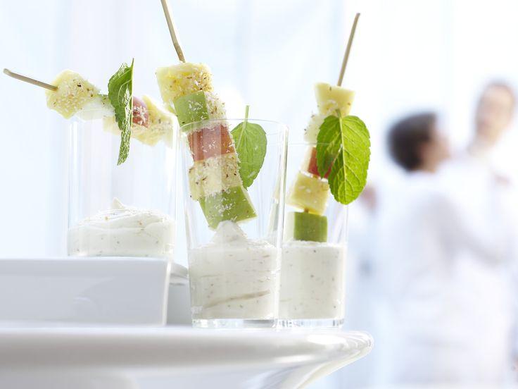 Snack und Fingerfood in Perfektion. Obstspieße - mit Kokos-Joghurt - smarter - Kalorien: 105 Kcal - Zeit: 30 Min. | eatsmarter.de