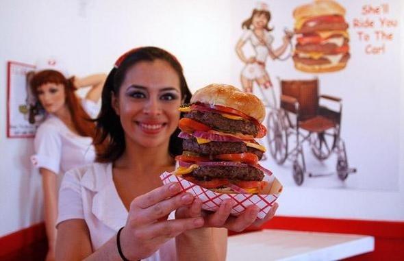 미국 애리조나 한 외식업체가   출시한 '심장마비 버거'...    실제 이 햄버거를 먹다가 심장마비로 병원에 실려간 사람도 있다고합니다.    이 햄버거 속  소고기 패티 무게만   하나에 0.9kg, 열량은 8000 칼로리!   하루 성인권장량의 세배~~    이 업체는 TV 광고로 이 햄버거를 자주 먹으면 심장마비, 뇌졸중 등 에 걸릴 수 있다고 경고광고까지 했다고하는데요.     하지만 심장마비 버거의 매출은 두배로 뛰었다고 합니다.    육식 10% 만 줄여요~~