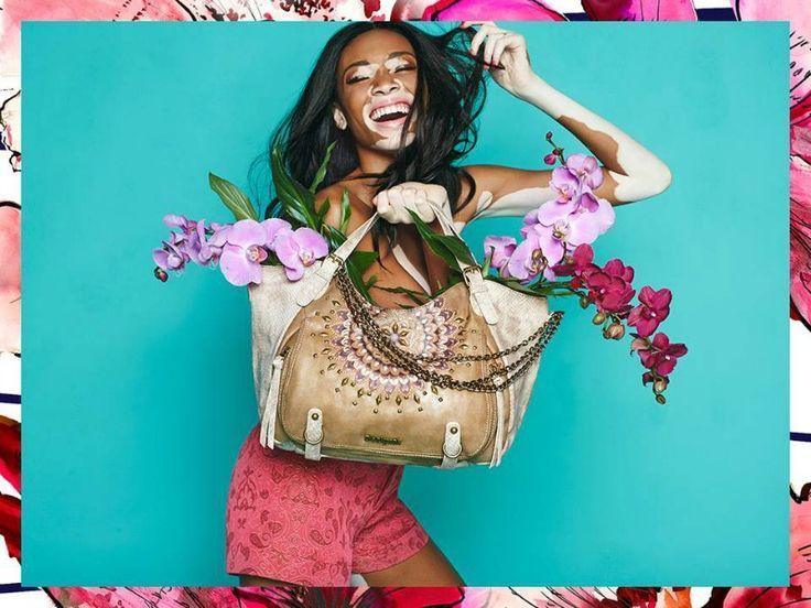 Esotica e vibrante è la nuova collezione di borse Desigual P/E 2015.  Fantasie floreali, motivi tribali e colori fluo accendono di stile i modelli. http://www.stilemagazine.it/borse-desigual-primavera-estate-2015/