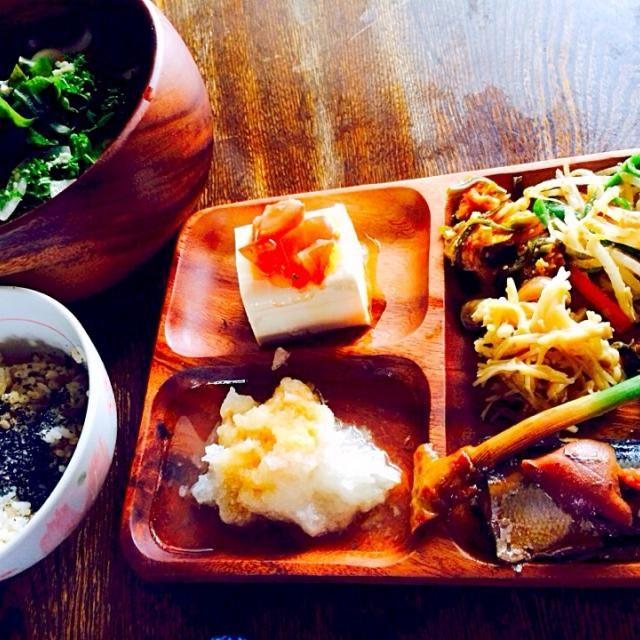 秋刀魚が圧力鍋で骨までホロホロで美味しかったです - 15件のもぐもぐ - 発芽玄米と麦ご飯の煮干し粉と黒すり胡麻がけと豆腐のカプレーゼと大根おろしポン酢がけと自家製キムチともやしとピーマンと人参のナムルとエノキとシメジのマリネと葉生姜の醤油漬けと秋刀魚の梅煮 by toki69