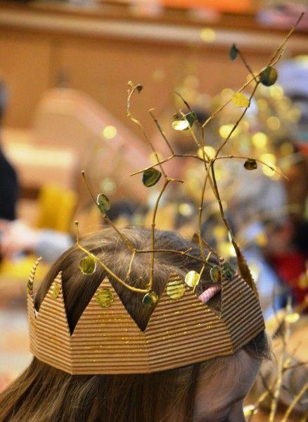 couronne nature féérique: branches peintes en dorée, couronne découpée dans du carton ondulé et pailletée, ronds de papier métallisé double face