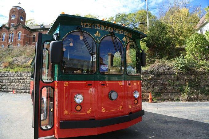 バスで町を巡るツアーも人気。車窓からの眺めはまた違った表情です。