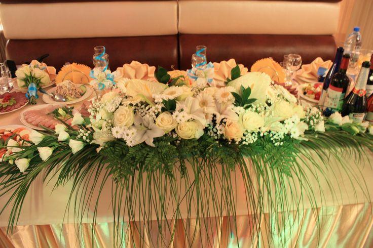 Композиция на стол жениха и невесты, голубая свадьба. Оформление президиума