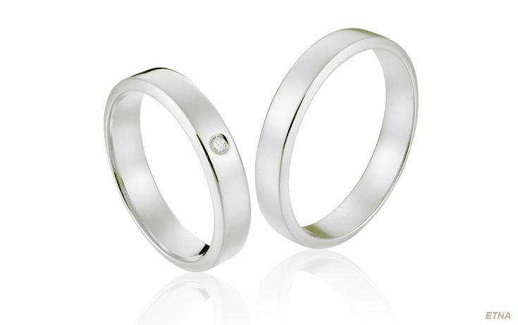 Klassieke ringen met diamant in glanzend gepolijst witgoud. De schuin oplopende zijkanten geven deze trouwringen in antieke stijl een eigentijdse twist.