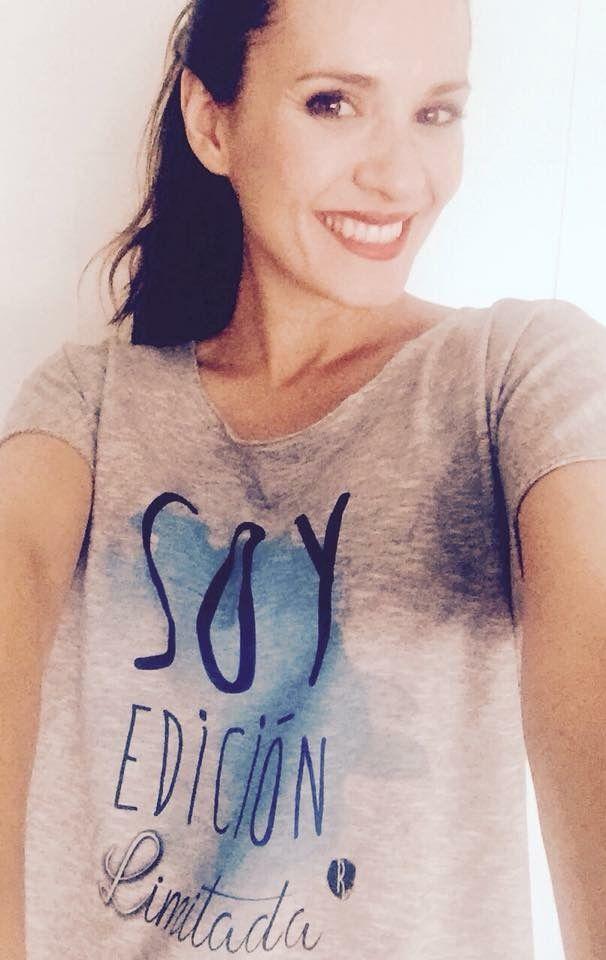 Bellísima la actriz Elena Ballesteros con nuestra camiseta Soy Edición Limitada , nos encantiza 😍😊