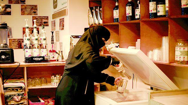 امرأة تأسس مقهى أيقونة الصباح للنساء في مأرب رغم ظروف الحرب الصعبة التي يمر بها اليمن تمكنت مأرب النساء حرب اليمن Www Alayyam Info Talk Show