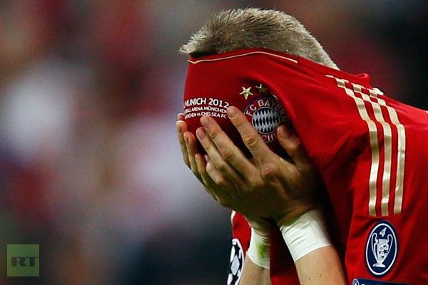Bastian Schweinsteiger of Bayern Munich reacts after missing his penalty. (Reuters/Kai Pfaffenbach)