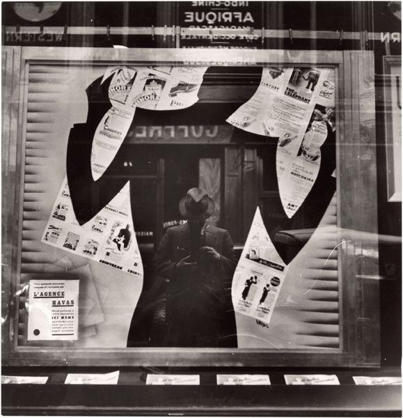 Il riflesso del fotografo in una vetrina, Parigi Fotografia di Maynard Owen Williams, National Geographic Society