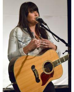 La chanteuse Joannie Benoit est une survivante du cancer. – Acadie Nouvelle: Vincent Pichard